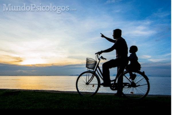 Parece que la sociedad hace ver el ser padre como si estuviera en un segundo plano, dando prioridad a la madre y es un error, ya que el padre tiene una labor importante, compleja y necesaria en la formación y desarrollo de un niño.